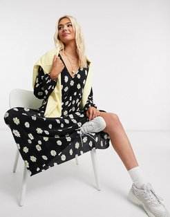 plisse smock maxi dress with v neck in daisy floral print-Black