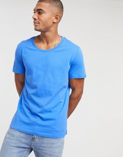 t-shirt with scoop neck in blue