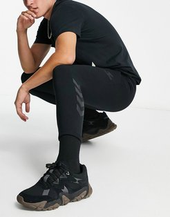 Isam tapered pants in black