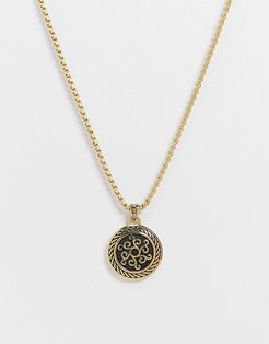 neckchain in gold with circle pendant