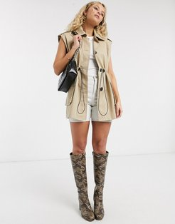 sleeveless cropped trench coat in sand-Beige