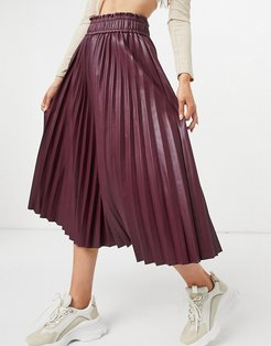 pleated leather look midi skirt in burgundy-Red