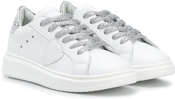 crest patch sneakers - White