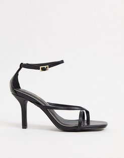 strappy heeled sandals with toe thong in black