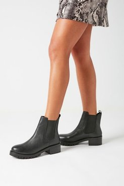 UO Zoe Chelsea Boot - Black 9 at Urban Outfitters