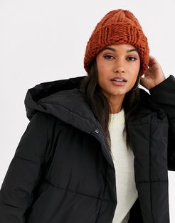 chunky knit beanie hat in tobacco-Brown