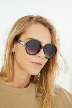 Dion Oversized Round Sunglasses - Black at Urban Outfitters